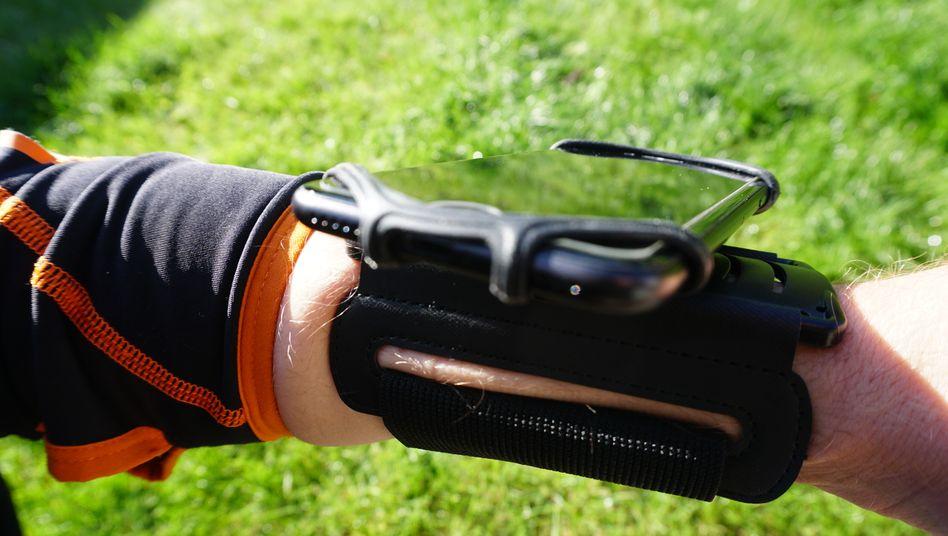 Hat Arm und Smartphone fest im Griff: Handyhülle für Sportler