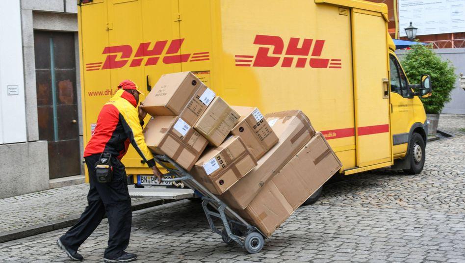 DHL-Bote (Archivbild): 15 Prozent mehr Bestellungen zu Weihnachten dieses Jahr erwartet als noch 2019