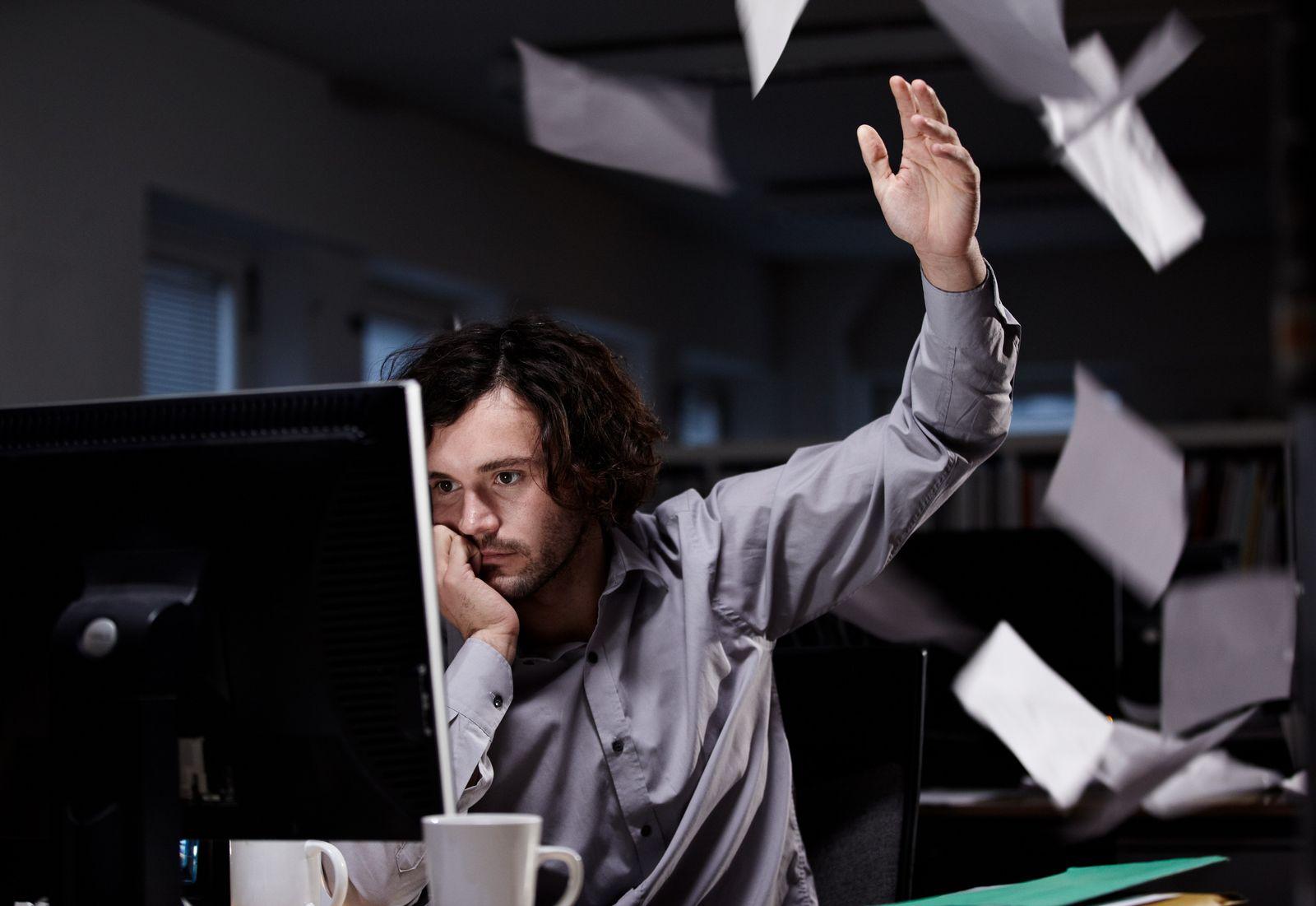 NICHT MEHR VERWENDEN! - Büro / Computer / Werfen / Blätter / Papier / Ärger