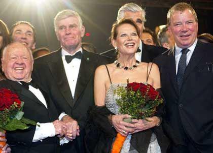 """Preisträger: Der Privatsender Kabel 1 kürte """"Star Trek"""" am 1. März zur erfolgreichsten TV-Serie. Dafür gab's für Shatner (r., mit Laudator Mickey Rooney, Preisträgern Charlton Heston, Claudia Cardinale, v.l.) einen Preis."""