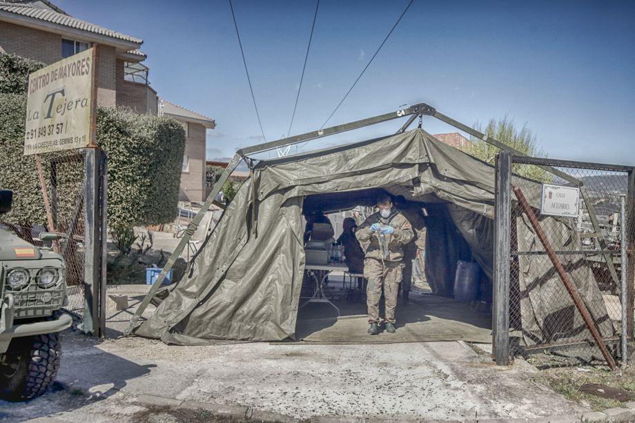 Hunderte Tote in den Heimen: Sicherheitskräfte bereiten sich auf einen Desinfektionseinsatz vor