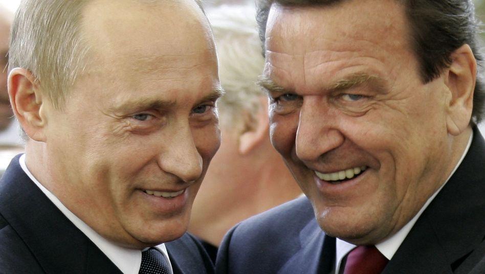 Putin und Schröder 2005 in Berlin: Der Ex-Bundeskanzler erhält keinen Maulkorb
