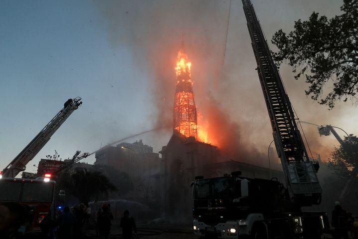 """Brennender Turm der """"Parroquía de la Asunción"""" in Santiago"""