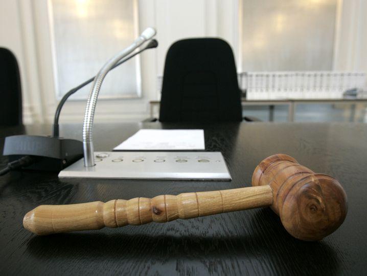 Hammer auf dem Platz eines Richters