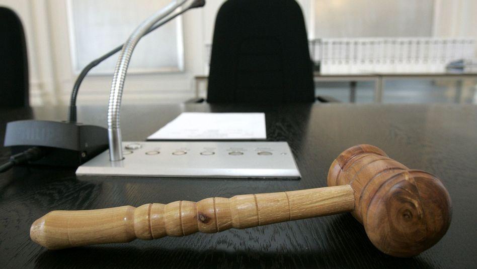 Platz eines Vorsitzenden Richters im Landgericht in Karlsruhe (Archivbild)