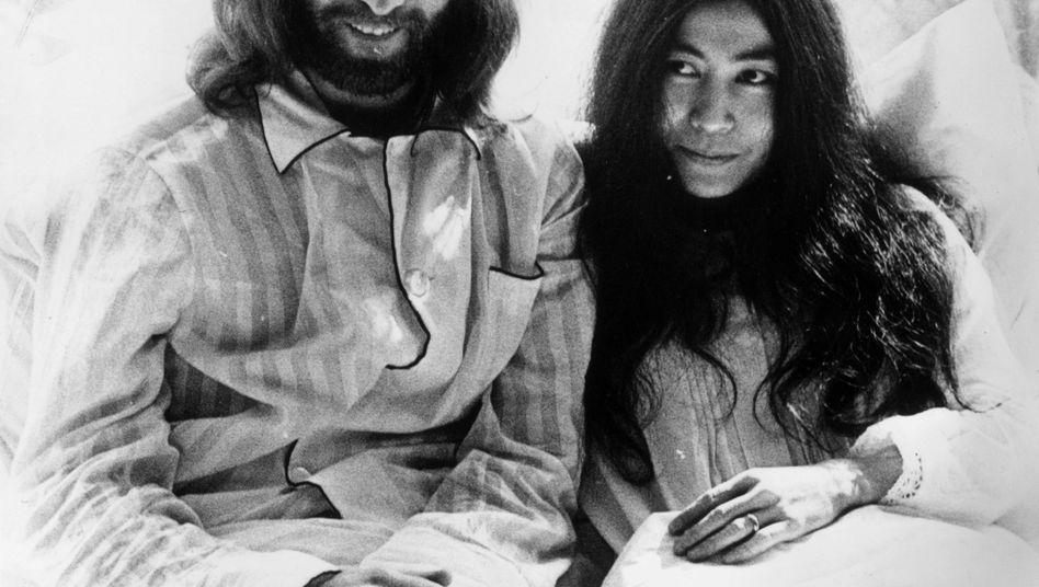 """Kuscheln für den Weltfrieden: Beatle John Lennon und seine frisch angetraute Frau Yoko Ono luden Journalisten und den Rest der Welt in ein Amsterdamer Hotelzimmer zu einem einwöchigen """"Bed-In"""""""