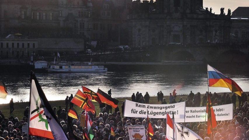 Pegida-Demonstration am Dresdner Elbufer am 6. Februar