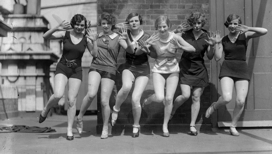 X-Bein und Seitwärts-Kick: Sechs junge Frauen demonstrieren hier 1926 ihre Charleston-Fähigkeiten