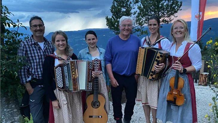 Frank-Walter Steinmeier mit Musikantinnen und dem Südtiroler Landeshauptmann Arno Kompatscher