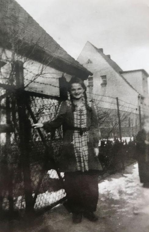 Erika Reinicke sah ihren Vater erst 1948 wieder, als er aus der Kriegsgefangenschaft in Sibirien zurückkam. Sie wurde später kaufmännische Angestellte in Berlin.