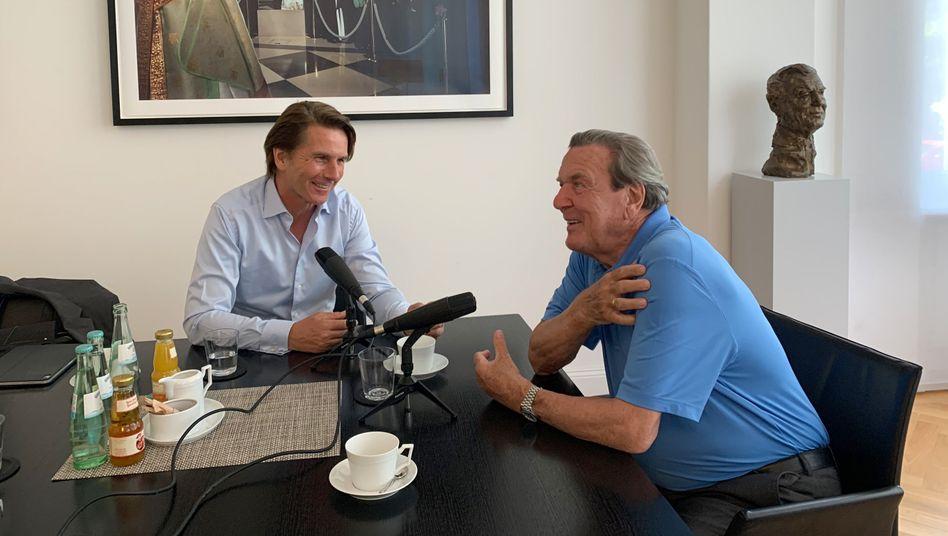Gerhard Schröder mit Béla Anda, seinem früheren Regierungssprecher, bei der Podcastaufnahme