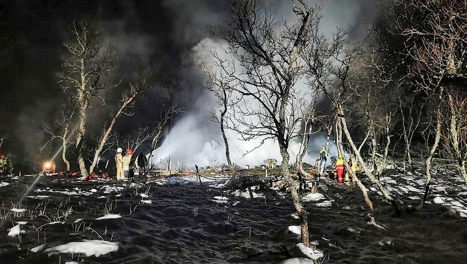 Feuerwehrleute löschen an der Unglücksstelle im Norden Norwegens den Brand