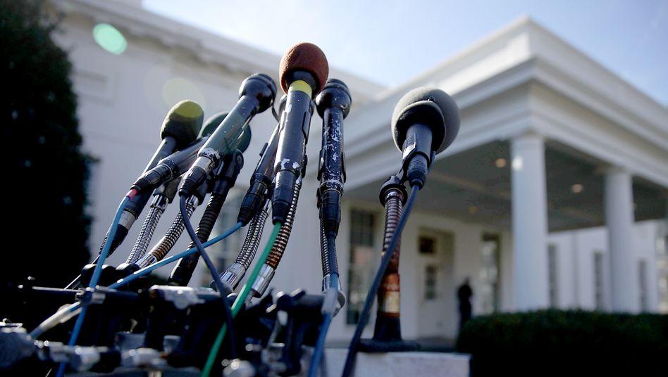 Reporter-Mikros vor dem Weißen Haus