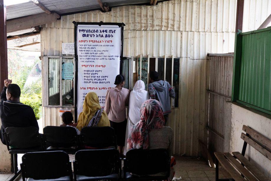 Menschen warten in einem Krankenhaus in Addis Abeba auf einen Termin. Die ersten Symptome von Tuberkulose sind Husten, Atemnot, Fieber und Müdigkeit