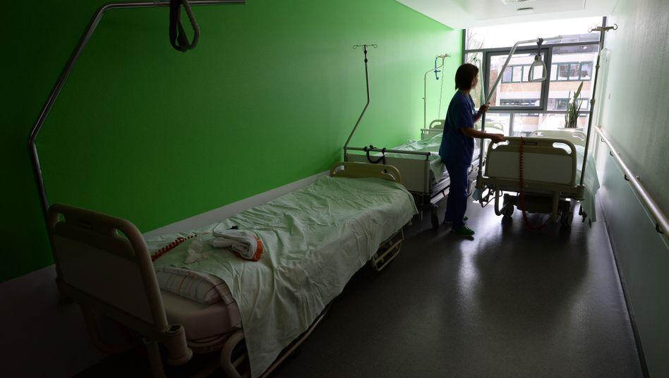 Krankenpflegerin bei der Arbeit (Archivbild)