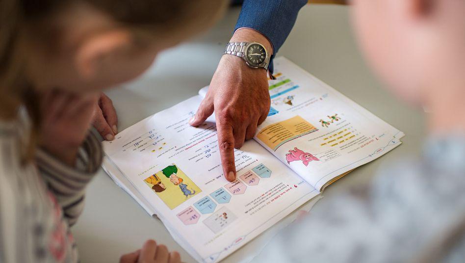 Unterricht und Corona-Organisation (Symbolbild): Viele Schulleiter sagen, dass sie ihre Arbeit zeitlich kaum schaffen