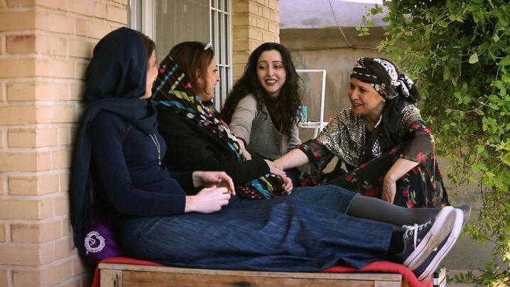 Sara Najafi (zweite von rechts) mit ihren Sängerinnen und Musikerinnen