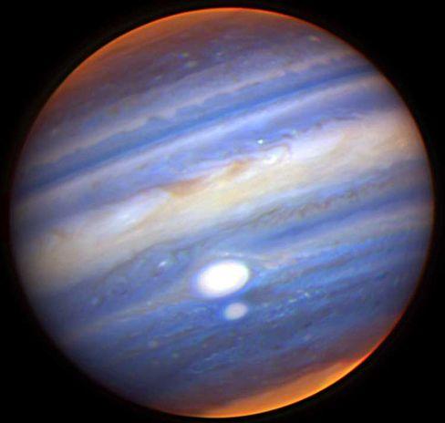Entfärbt: Die zwei roten Flecken des Jupiters erscheinen weiß