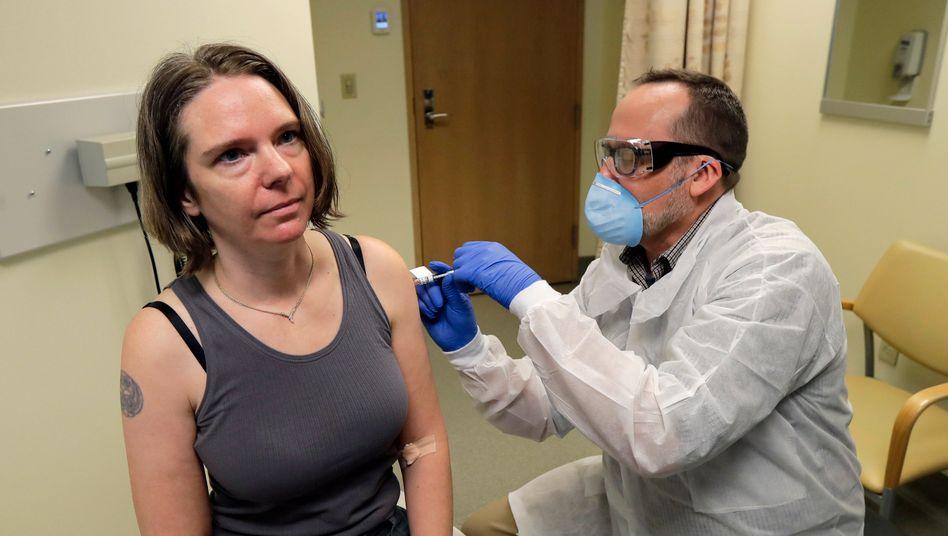Der 43-jährigen Jennifer Haller wird die erste Dosis in einem Forschungsinstitut in Seattle gespritzt