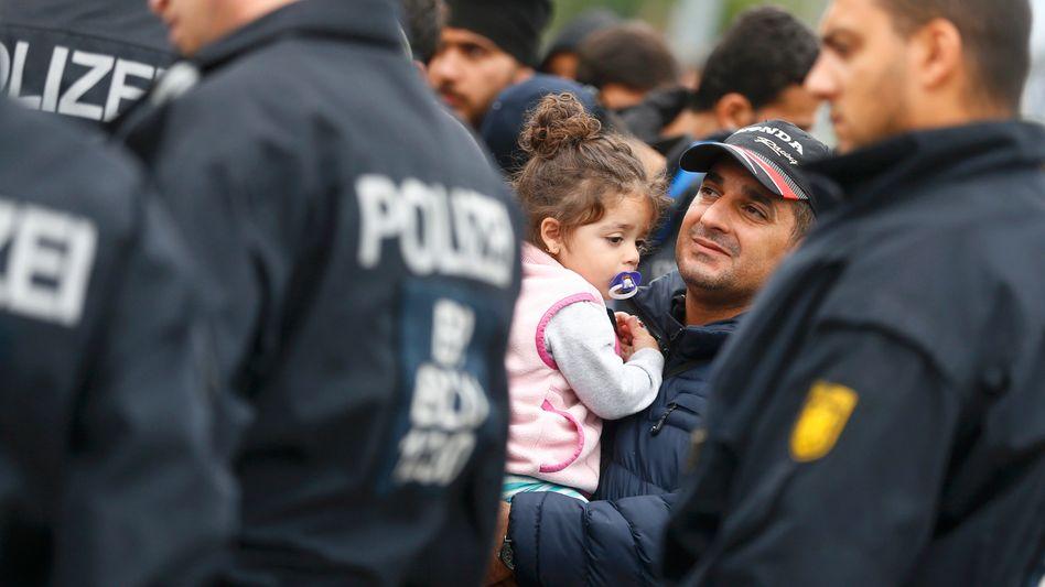 """Flüchtlinge am deutschen Grenzbahnhof Freilassing: """"Übergang ins geordnete Verfahren"""""""