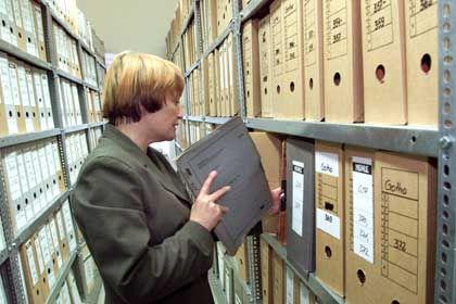 Noch immer lagern in der Berliner Stasi-Behörde Tausende Meter Akten des ehemaligen DDR-Geheimdienstes