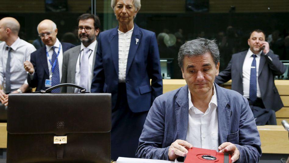 Griechischer Finanzminister Tsakalotos (r., sitzend), Europartner, IWF-Chefin Lagarde: Schwierige Verhandlungen in Brüssel