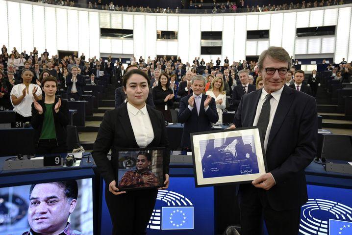 Ilham im EU-Parlament mit einem Porträt ihres Vaters (mit EU-Parlamentspräsident David-Maria Sassoli)