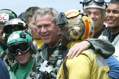"""Bush auf der """"Abraham Lincoln"""": Zuerst in Pilotenkluft ..."""
