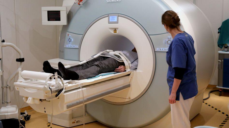 Patient im MRT (Symbolbild): Zahlreiche Krebsoperationen sowie Diagnose- und Früherkennungsmaßnahmen wurden verschoben