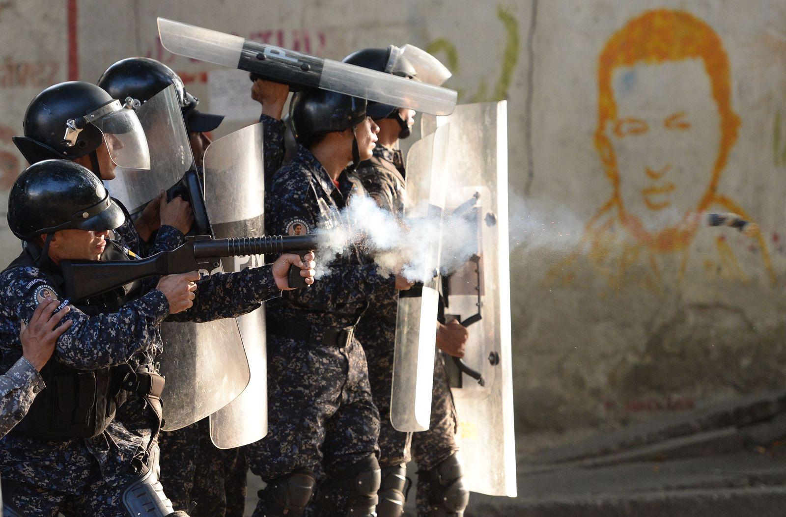 EINMALIGE VERWENDUNG TOPSHOT-VENEZUELA-MILITARY-UPRISING-CLASHES