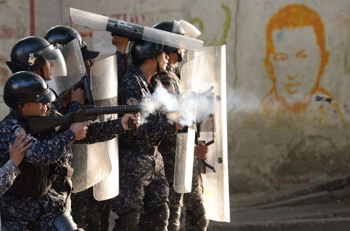 Riot police clash with anti-government demonstrators in the neighborhood of Los Mecedores, in Caracas, on Jan. 21, 2019.
