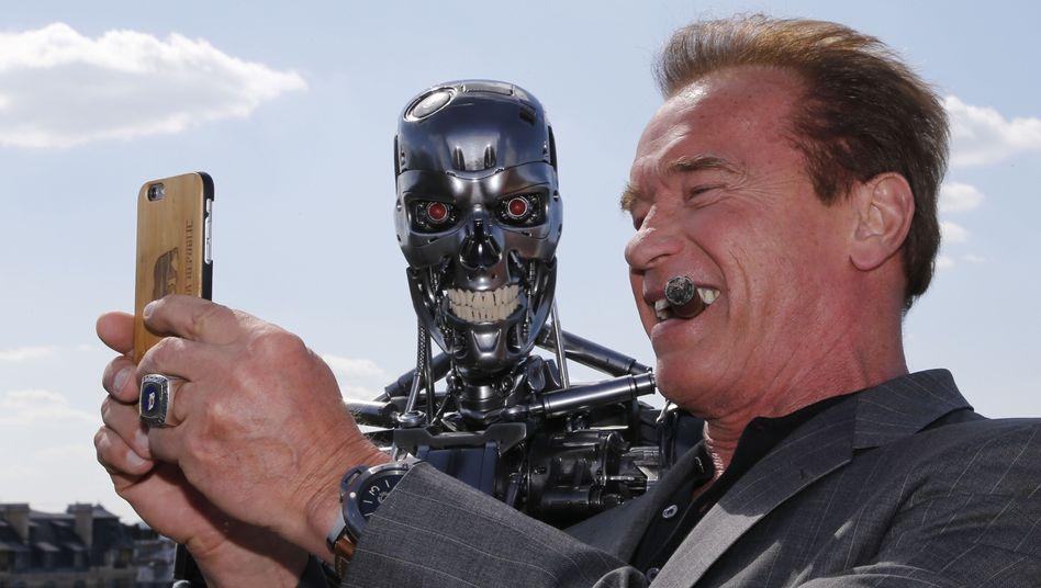 Arnold Schwarzenegger mit Smartphone (Symbolbild): Zahlen per Selfie