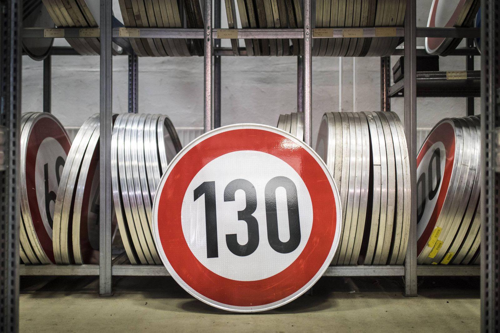 Symbolbild zum Thema Tempolimit: Ein Verkehrsschild zur Tempobegrenzung auf 130 km/h steht in einem Depot der Autobahnm