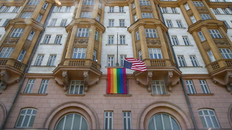 Die Regenbogen- und die Nationalfahne wehen an der US-Botschaft in Moskau