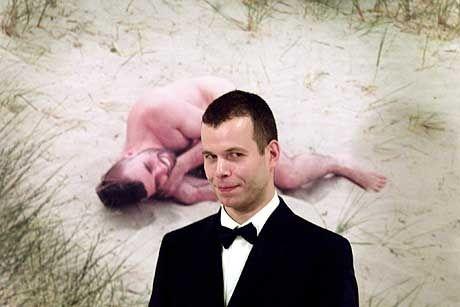 Wolfgang Tillmans gehört seit Jahren zu Deutschlands prominentesten Fotokünstlern. Seine Werke werden international ausgestellt. Im Bild: Tillmans vor einem Poträt seines Bruders in der Londoner The-Tate-Britain-Gallerie