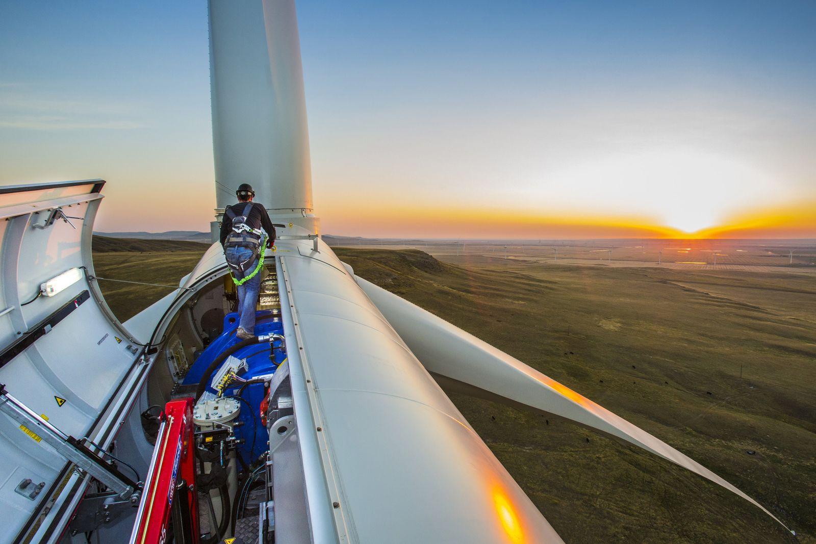 Solarenergie Arbeiter an Windrad