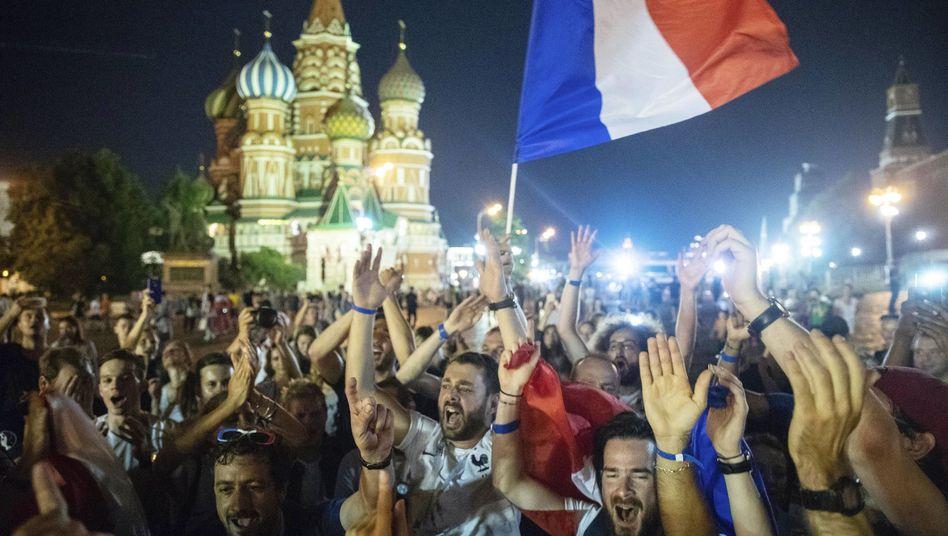 Anhänger der französischen Mannschaft jubeln auf dem Roten Platz in Moskau