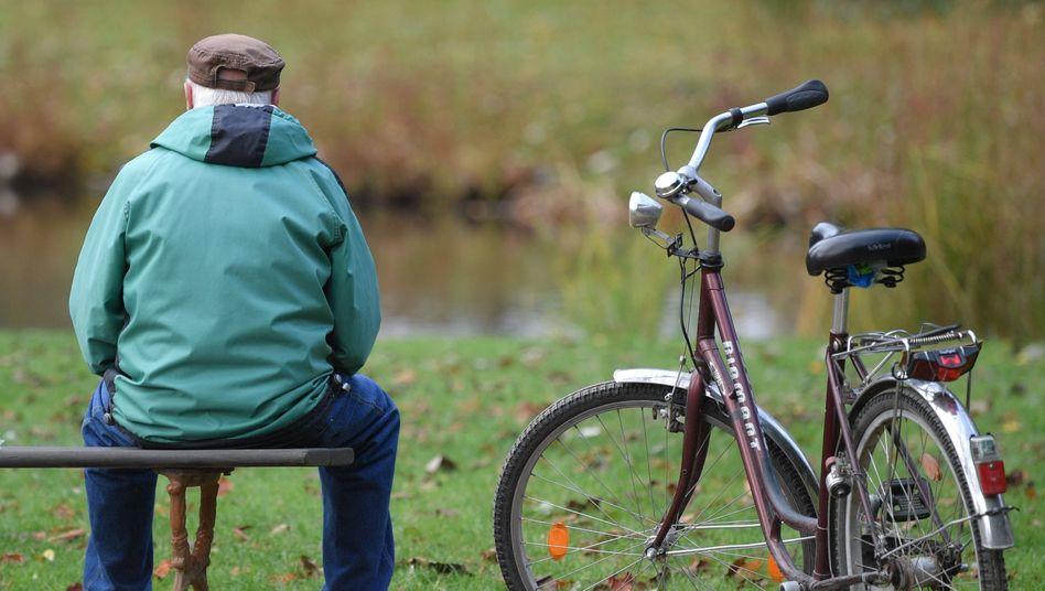 Älterer Herr (in Cottbus 2019): Geht es nach dem Institut der deutschen Wirtschaft (IW) soll das Renteneinstiegsalter auf 70 Jahre erhöht werden