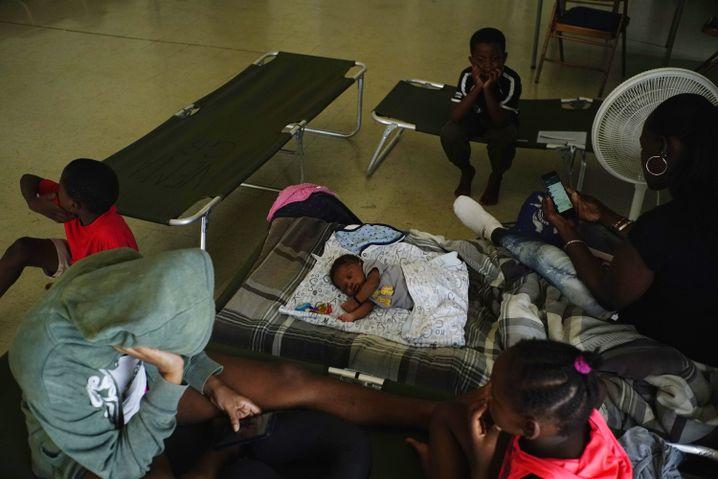 Menschen in einer Notunterkunft auf Grand Bahama