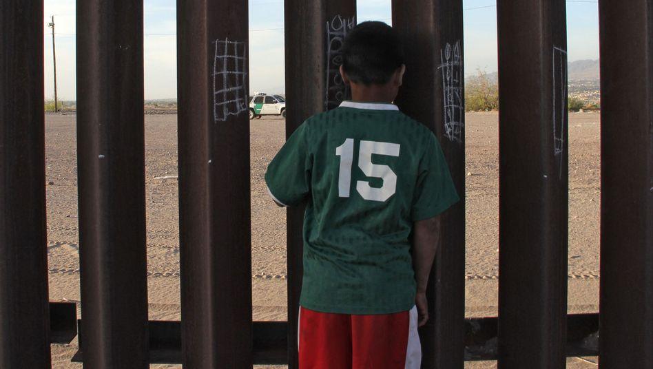 Mexikanisches Kind am US-Grenzzaun