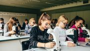 Warum Mädchen die besseren Noten bekommen und Jungen trotzdem mehr Selbstvertrauen haben