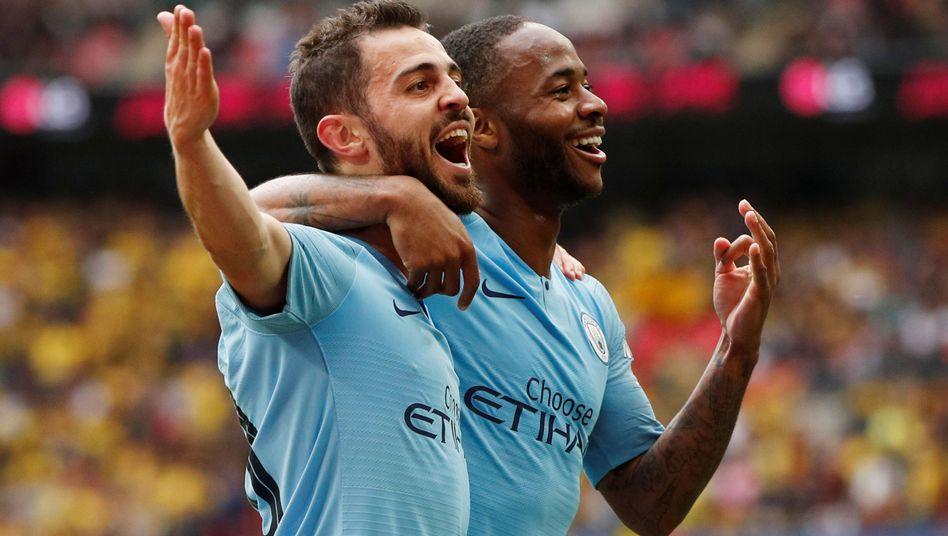 Bernardo Silva und Raheem Sterling feiern den fünften Treffer der Citizens