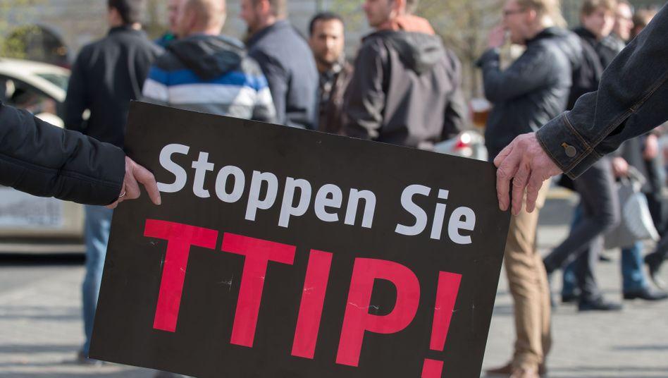 Protest gegen TTIP (Aufnahme vom April 2015 in Berlin): Streit über die Transparenz der Verhandlungen