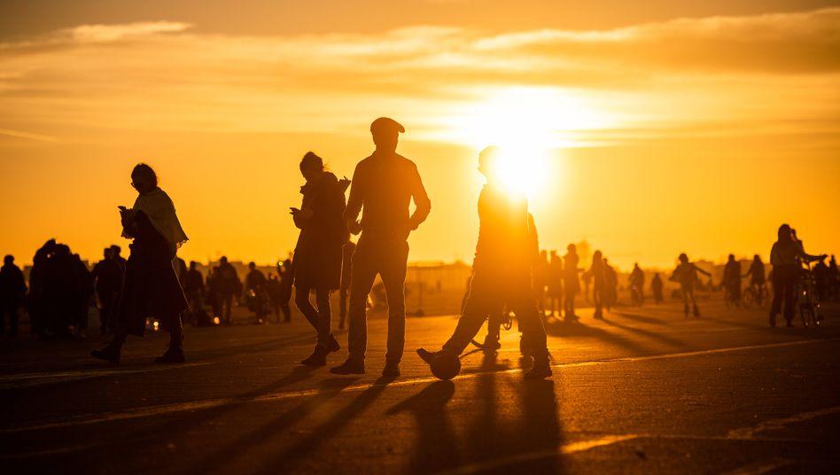 Tempelhofer Feld in Berlin: Die Temperaturen steigen, die Kontakte auch