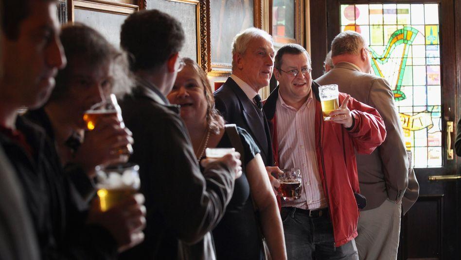 Prost! Biertrinker in einem Londoner Pub