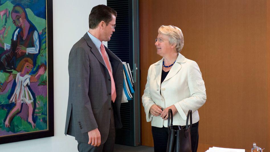 Guttenberg und Schavan 2009 im Bundeskabinett: Zwei Promotionen, zwei Skandale