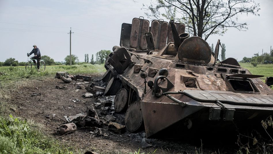 Dorf nahe Luhansk: Ausgebranntes ukrainisches Militärfahrzeug