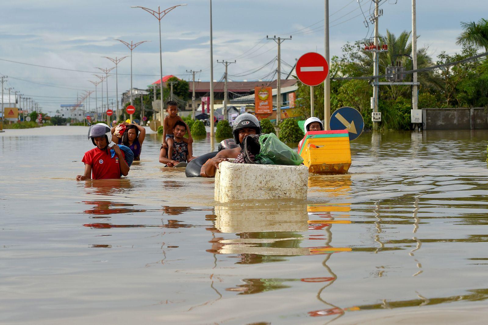 TOPSHOT-CAMBODIA-WEATHER-FLOOD