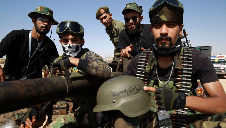 Kämpfer des Rebellengenerals Haftar posieren in Benghazi für einen Fotografen, kurz vor ihrer Abfahrt an die Front nahe der Gaddafi-Geburtsstadt Sirte