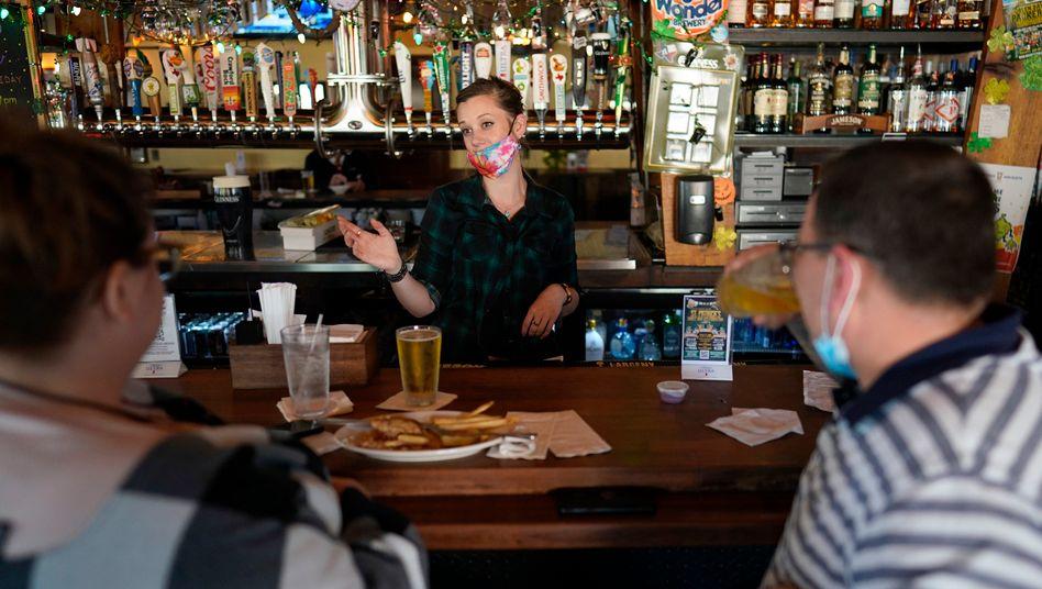 Barkeeperin in Houston: Die Kapazitätsgrenzen für Restaurants werden in Texas aufgehoben